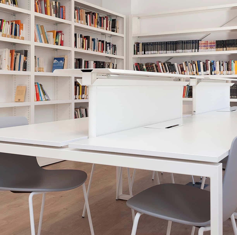 mesas y estanterias de biblioteca